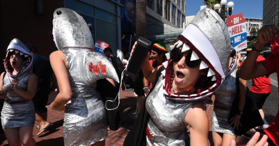 9.jul.2015 - Três mulheres foram vestidas como tubarões do filme Sharknado na San Diego Comic-Con 2015
