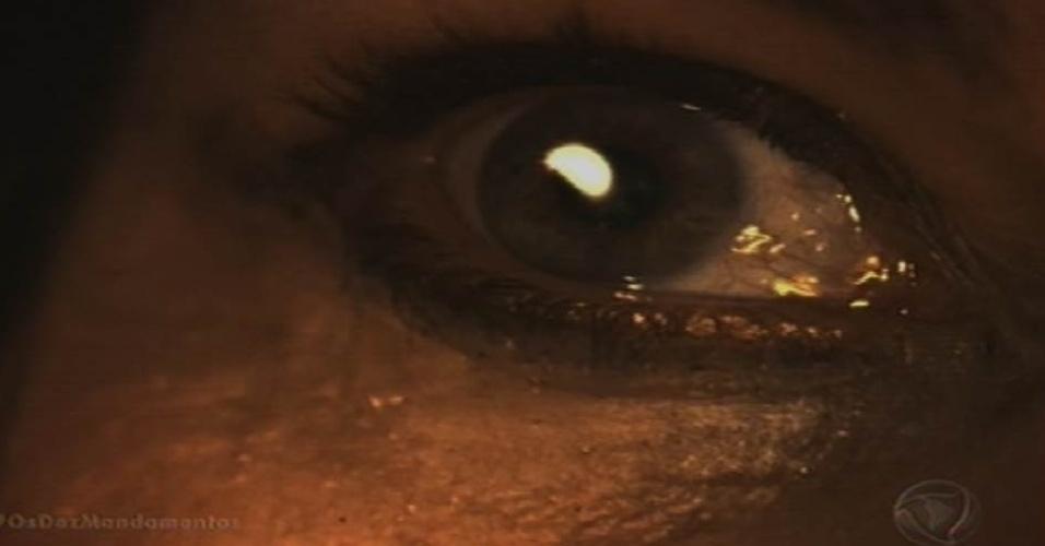 9.out.2015 - Após fugir do palácio e se deparar com a sétima praga nas ruas do Egito, Yunet (Adriana Garambone) vê uma bola de fogo se aproximando de onde ela está