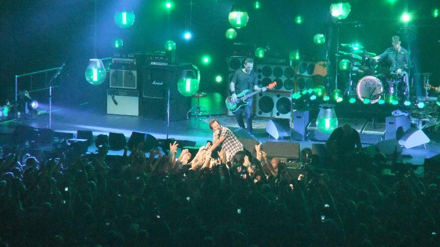 """Eddie Vedder se joga na plateia durante show do Pearl Jam da turnê  """"Lightning Bolt"""" em Charlotte, nos Estados Unidos - Mirella Nascimento/UOL"""
