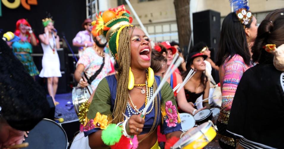 """23.jan.2016 - Com apresentação do grupo """"Nu Vuco Vuco"""", o bloco Baile do Repique atraí foliões à Praça Dom José Gaspar, no centro de São Paulo."""