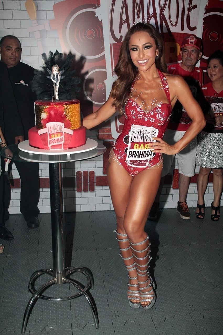 6.fev.2016 - Sabrina Sato ganhou bolo em aniversário em camarote no Anhembi com uma miniatura dela com sua fantasia no Carnaval. A apresentadora, que desfila pela Gaviões da Fiel, completou 35 anos na última quinta-feira (4)