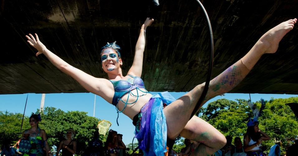 9.fev.2016 - Foiliona faz acrobacias durante desfile da Orquestra Voadora no Aterro do Flamengo