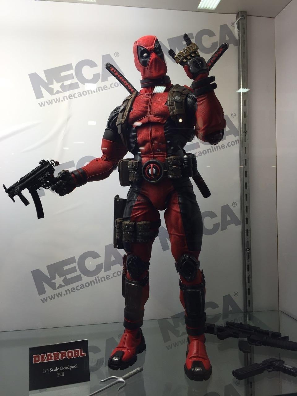 O boneco bastante detalhado de Deadpool exibido no estande da Neca Online na San Diego Comic-Con 2016