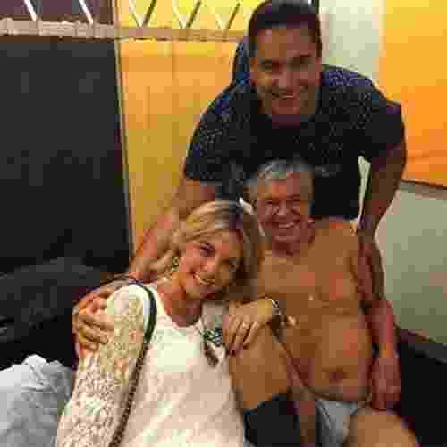 Caetano Veloso de cuequinha e meia ao lado de Carla Perez e Xandy foi uma das melhores fotos que você viu em 2015. O registro foi feito na Suíçac - Reprodução/Instagram/paulalavigne