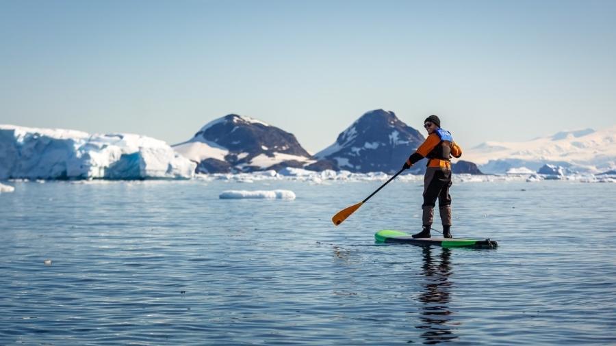 Após enfrentar um mar revolto para chegar à Antártida, Mike fez stand-up paddle entre icebergs - Arquivo pessoal