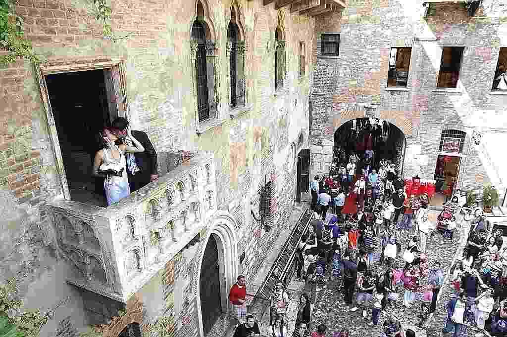 A mais famosa (e talvez também a mais trágica) história de amor da literatura mundial continua conquistando viajantes apaixonados na pequena cidade de Verona, no norte da Itália. Ali, numa casa do século 13 onde teria vivido Julieta, paredes estão cobertas por corações e iniciais dos nomes de casais. A sacada imortalizada por Shakespeare e a estátua em bronze de Julieta são o centro das atenções. - Alessandro Garofalo/Reuters