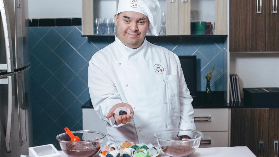 Gabriel começou a cozinhar com 9 anos e, aos 21, trabalha vendendo brigadeiros gourmet - Felipe Gabriel/UOL