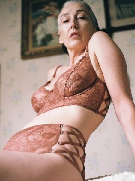 A modelo Mercy Brewer, de 56 anos, em campanha da marca de lingerie neozelandesa Lonely - Reprodução/Lonely