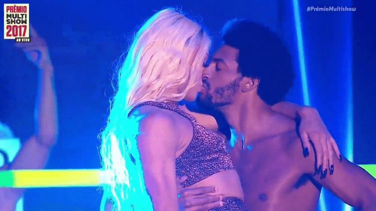 Pabllo Vittar beija dançarino durante Prêmio Multishow - Reprodução - Reprodução