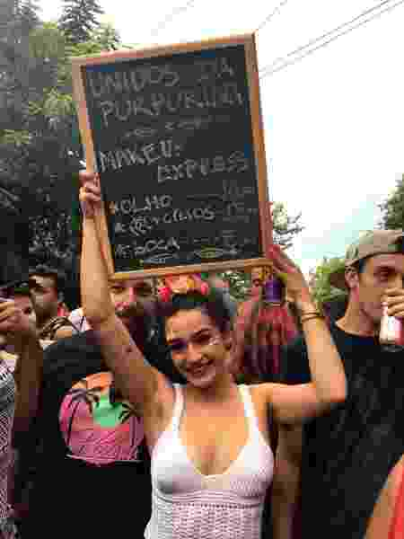 Iris Bittencourt, 21, ganhou dinheiro fazendo make de foliões - Amanda Serra/UOL