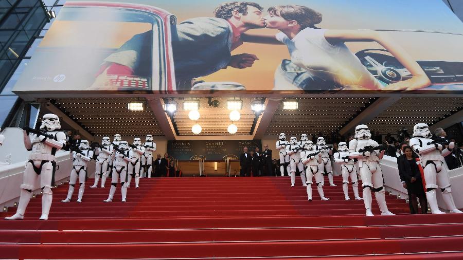 """Soldados stormtroopers da saga """"Star Wars"""" fazem """"guarda"""" em Cannes - Anne-Christine Poujoulat/AFP Photo"""