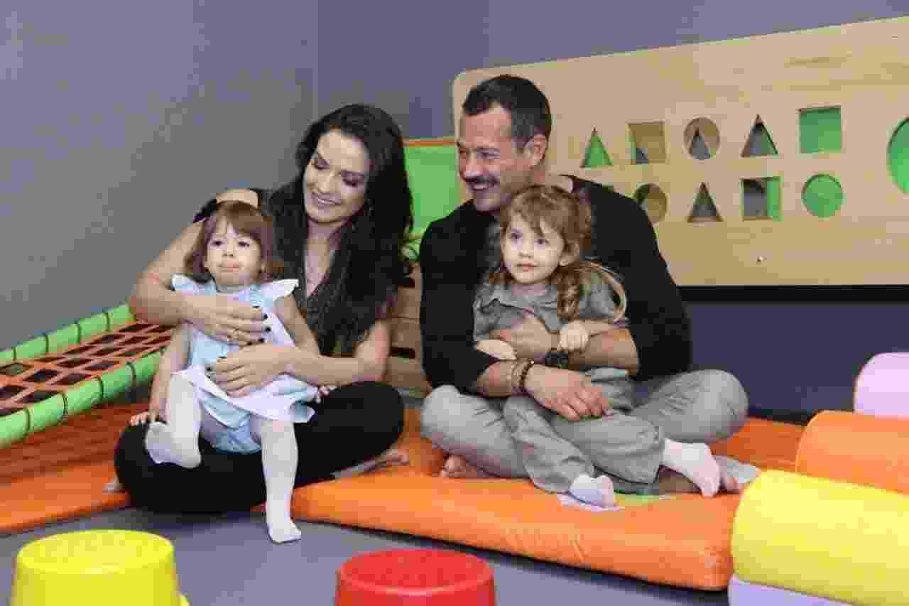 Kyra Gracie e Malvino Salvador posam com as filhas Kyara, 1 ano, e Ayra, de 3 anos, na inauguração da academia de jiu-jitsu Gracie Kore na Barra da Tijuca, zona oeste do Rio - Daniel Pinheiro/AgNews