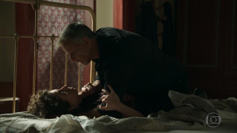 Stefania (Carol Duarte) sofre estrangulamento de Sampaio (Marcello Novaes) - Reprodução/Globo