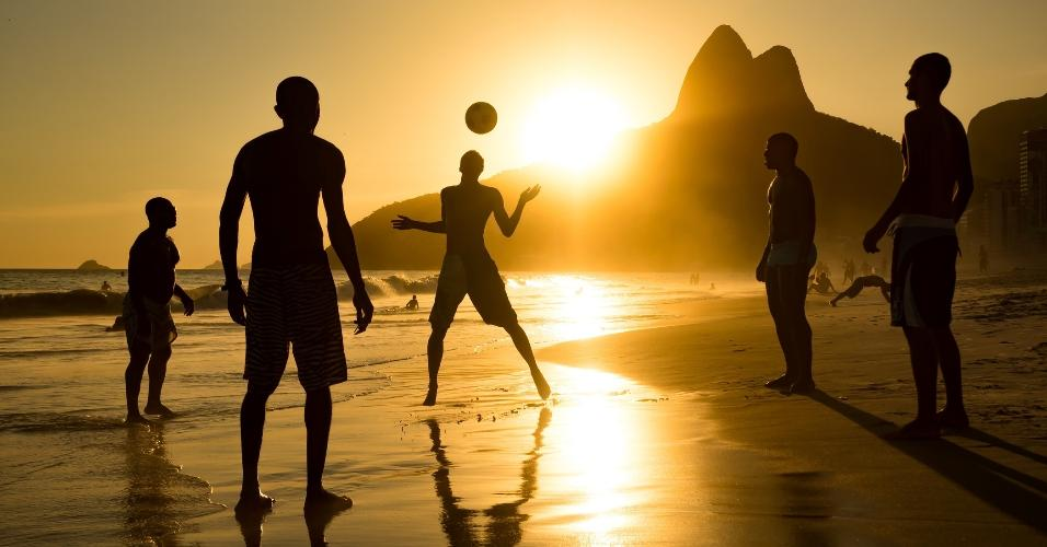 Pôr do sol na praia de Ipanema, no Rio de Janeiro