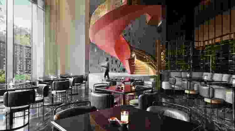 No lobby do Four Seasons São Paulo, a sinuosa escada vermelha presta homenagem a Oscar Niemeyer  - Divulgação