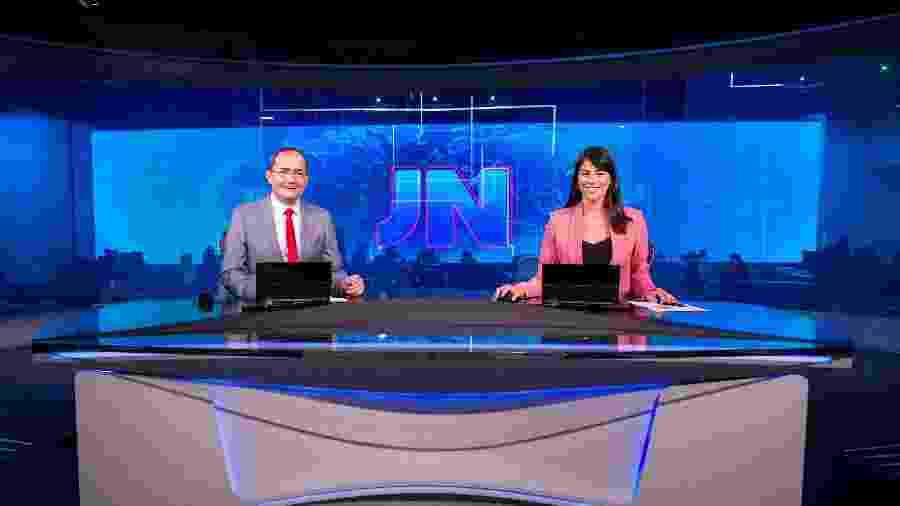 Os jornalistas Ayres Rocha, do Acre, e Jéssica Senra, da Bahia, na bancada do Jornal Nacional - Divulgação/Globo