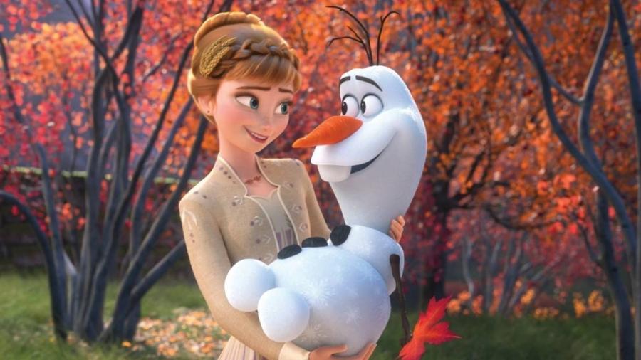 """A princesa Anna segura o boneco Olaf em cena de """"Frozen 2"""" - reprodução/Walt Disney Animation Studios"""