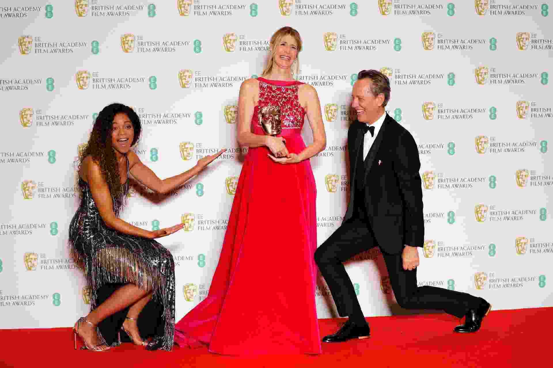 A atriz norte-americana Laura Dern levou o prêmio de Atriz Coadjuvante por História de um Casamento. Na foto, ela está com Naomie Harris e Richard E. Grant - Adrian Dennis/AFP