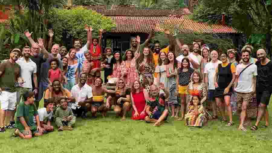 """Regina Casé foi surpreendida por colegas de elenco de """"Amor de Mãe"""" e amigos - Reprodução/Instagram"""