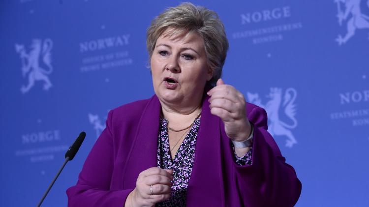 Erna Solberg, premiê da Noruega, responde a perguntas de crianças sobre o coronavírus, em Oslo - Lise Åserud / NTB Scanpix / AFP