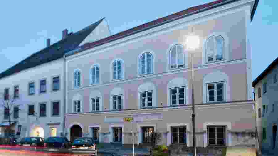 A casa do século 17, que fica em Braunau am Inn, na Áustria, está tombada pelo patrimônio histórico - Getty Images
