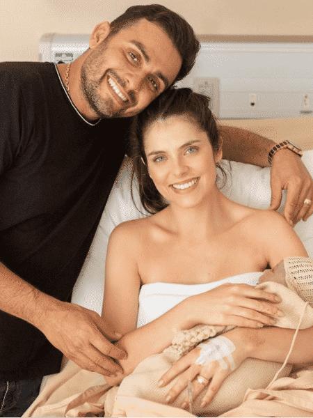 Mano Walter e a mulher, Débora Silva, com o filho José; casal mora em residência com oito quartos e elevador - Reprodução/Instagram
