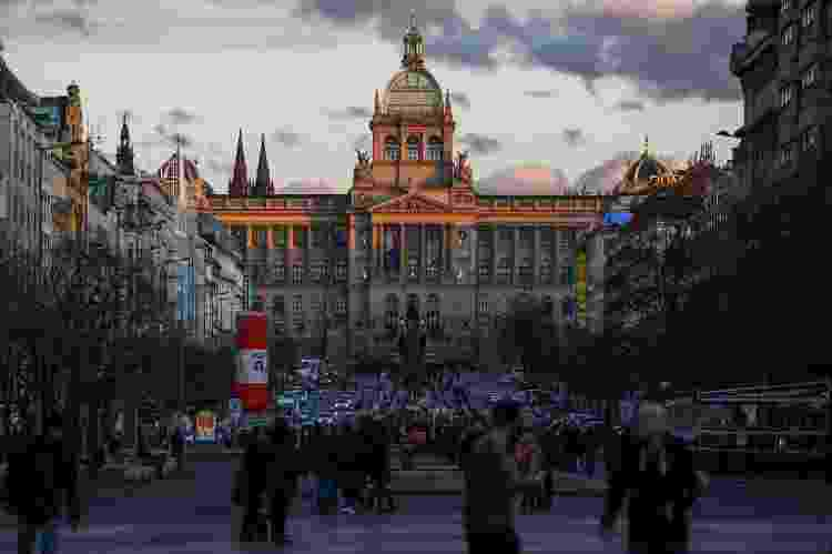 Museu Nacional e Praça Venceslau, em Praga (República Tcheca) - NurPhoto via Getty Images - NurPhoto via Getty Images