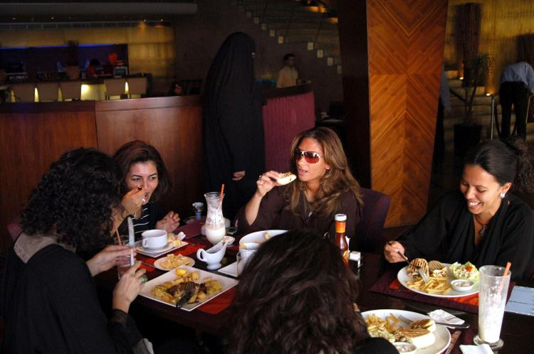 Mulheres sauditas almoçam em restaurante de Jeddah, na Arábia Saudita - Kaveh Kazemi/Getty Images - Kaveh Kazemi/Getty Images