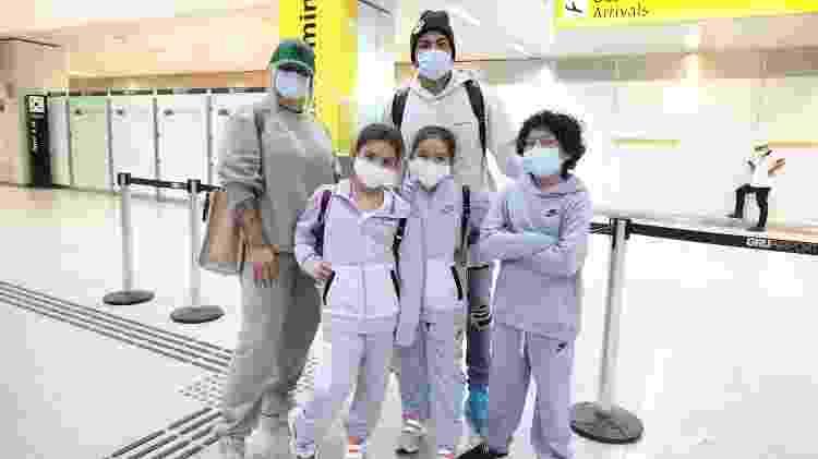 Dani Souza e família no Aeroporto de Guarulhos - Thais Aline/ Agência Fio Condutor - Thais Aline/ Agência Fio Condutor