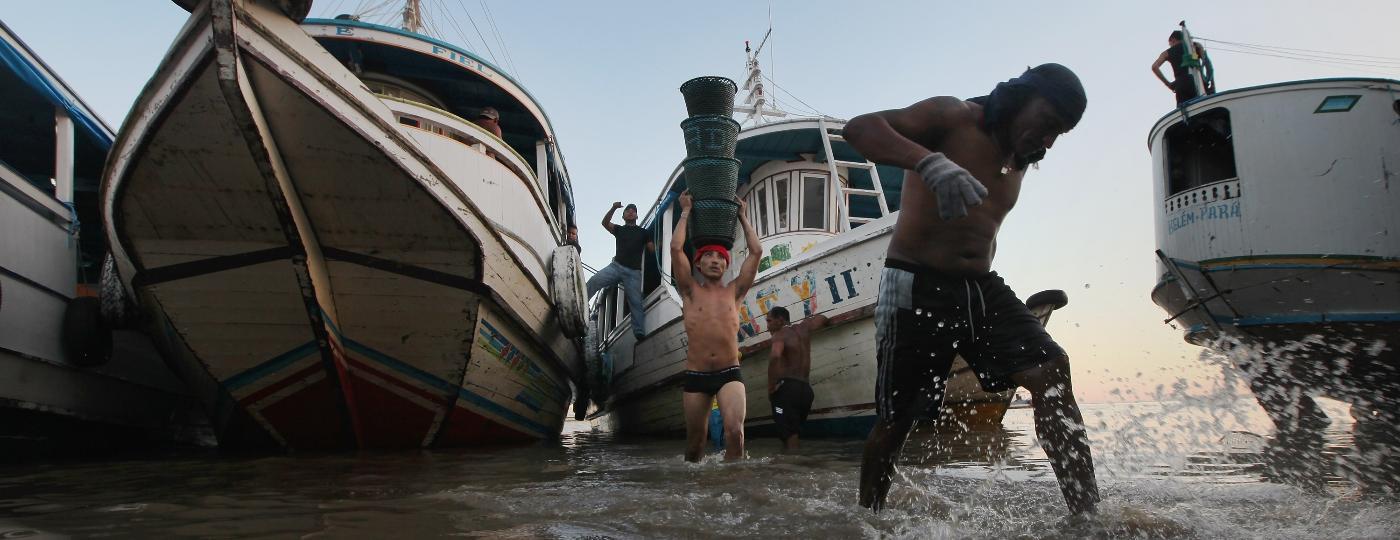 Trabalhadores descarregando mercadoria para o Mercado Ver-o-Peso, em Belém, no Pará - Mario Tama/Getty Images