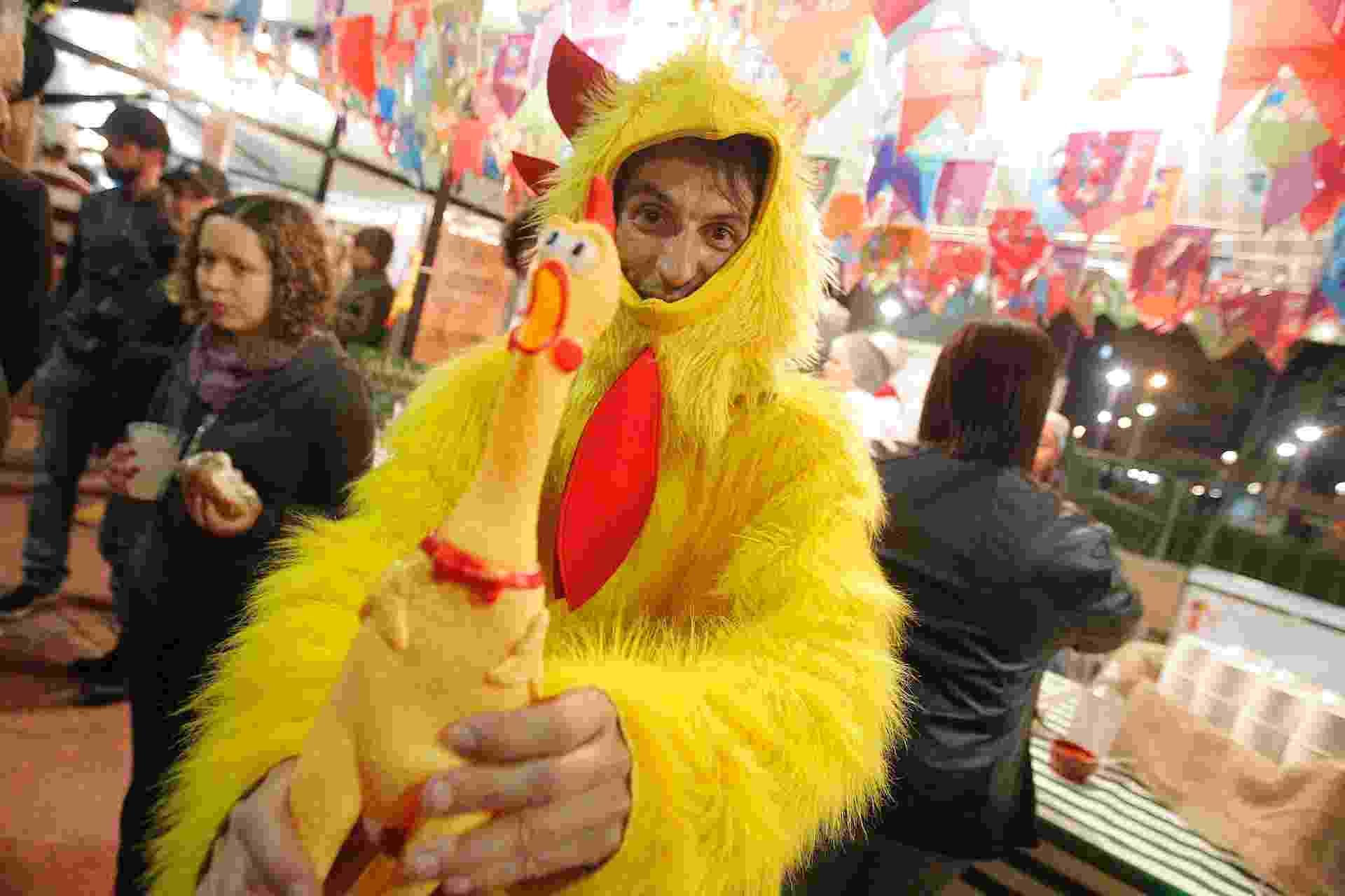20.jun.2015 - Anderson Luis, de 36 anos, vestido de galinha amarela no Galinhódromo, na praça Roosevelt - Reinaldo Canato/UOL