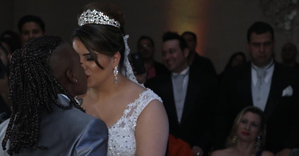 6.jul.2015 - Neném e Thaís Baptista se beijam após terem o casamento oficializado em uma cerimônia para 250 convidados em São Paulo