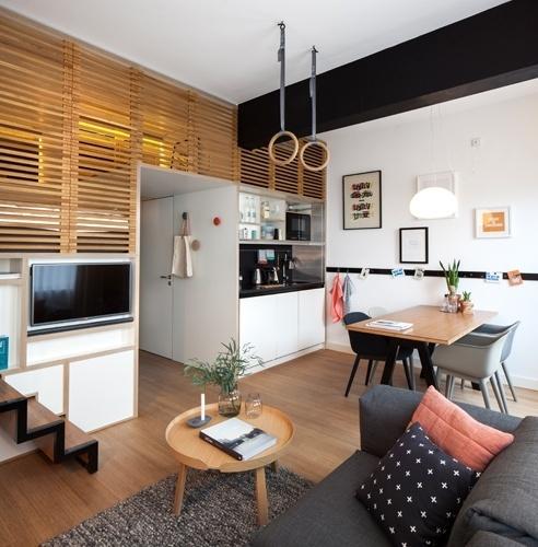 No loft Zoku, de 24 m², o living multifuncional é composto por uma mesa com quatro lugares e um sofá. O morador temporário pode utilizar o local como quiser: por exemplo, atender aos compromissos de trabalho, desfrutar uma refeição ou curtir uma noite de diversão e jogos. Todo mobiliário do microapê é da marca dinamarquesa Muuto