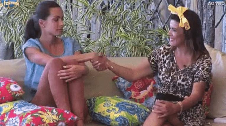 28.out.2015 - Carla Prata e Mara Maravilha resolveram suas diferenças e prometeram não brigar mais - Reprodução/Record