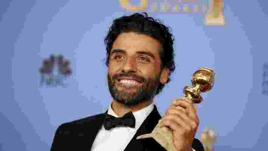 """10,jan.2016 - Oscar Isaac leva o Globo de Ouro na categoria melhor ator em minissérie ou filme feito para a TV por """"Show me a Hero"""" - REUTERS"""