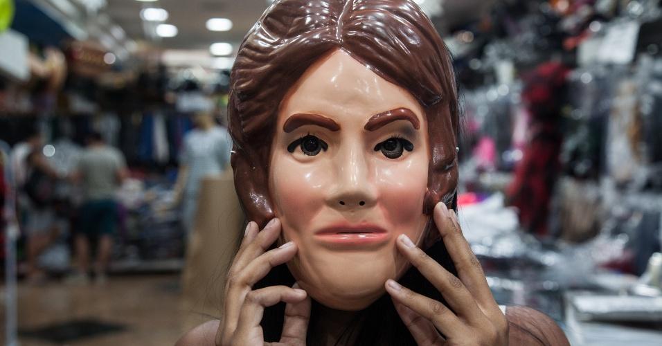 A máscara da Dilma custa R$ 7 na loja Porto das Festas e Fantasias (Ladeira Porto Geral, 88 ? Centro/ SP)
