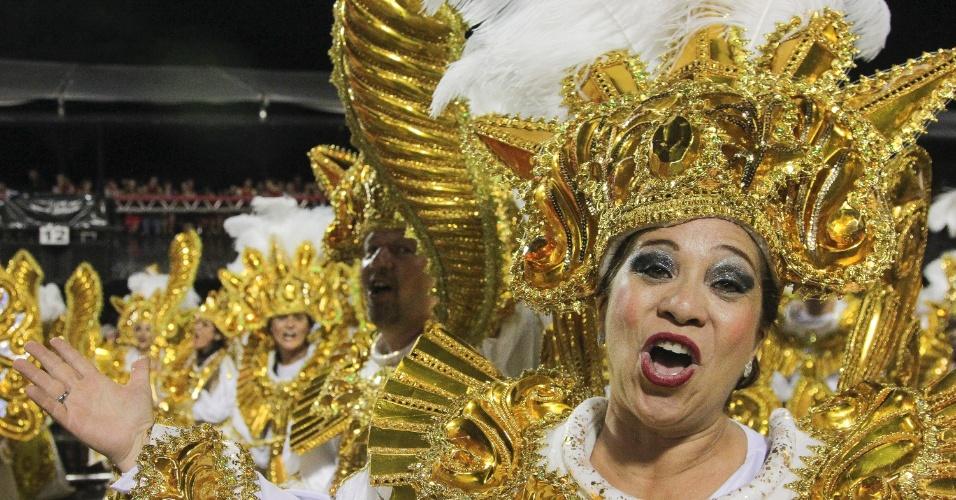6.fev.2016 - Integrante da Águia de Ouro entoa animada o samba-enredo da escola