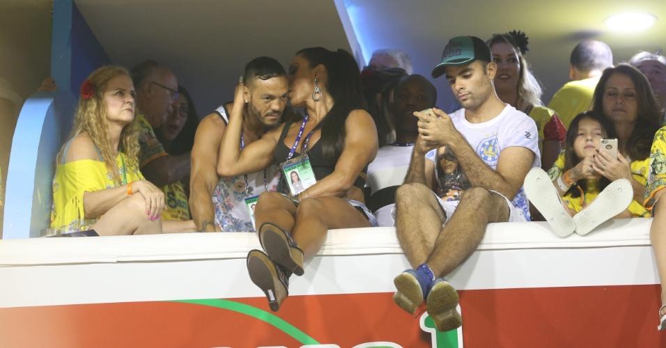 7.fev.2016 - Belo e Gracyanne namoram no camarote da Sapucaí