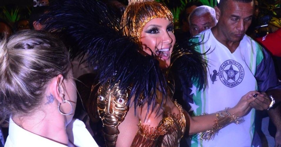 8.fev.2016 - Claudia Leitte, rainha de bateria da Mocidade, chega fantasiada para o desfile na Sapucaí