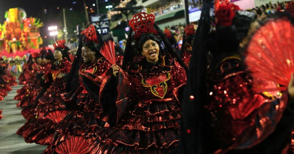 8.fev.2016 - De vermelho e preto, ala das baianas do Salgueiro representava a pombajira.