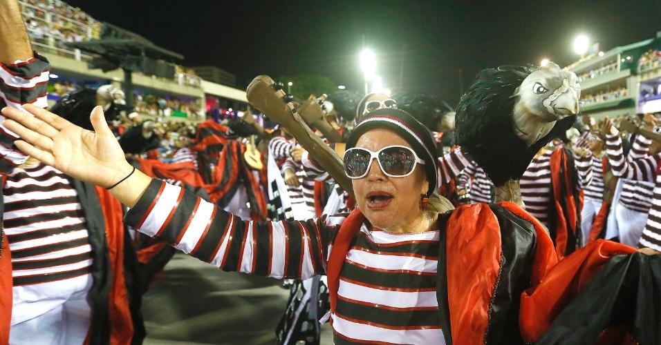 """8.fev.2016 - A ala """"Samba do Covil"""" do Salgueiro, que trouxe para a Sapucaí o enredo """"A Ópera dos Malandros"""", que trouxe várias referências da obra de Chico Buarque"""