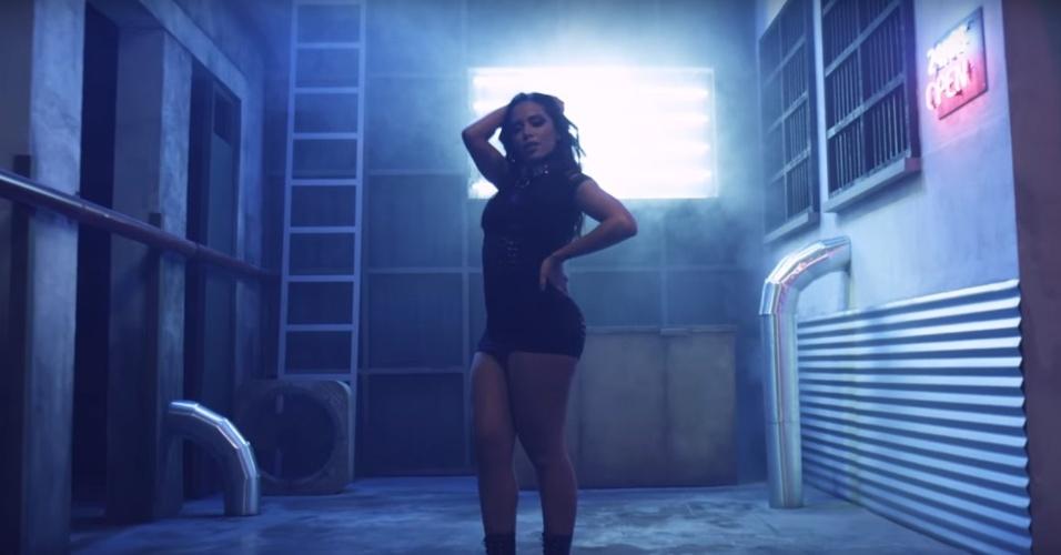 A cantora Anitta sensualiza no novo clipe de