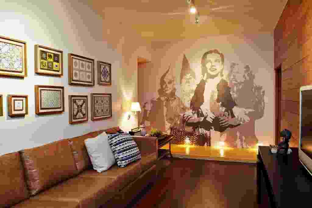Dos arquitetos Gabriel Magalhães e Luiz Cláudio Souza, a sala de TV é inspirada no clássico do cinema O Mágico de Oz (1939), com Judy Garland. Adesivos, pôsteres e quadros de filmes preferidos são as soluções mais adotadas pelos fanáticos na sétima arte, em seus home theaters, de tons escuros, amadeirados e iluminação baixa (indireta), para dar mais aconchego. - Marcelo Negromonte/ Divulgação