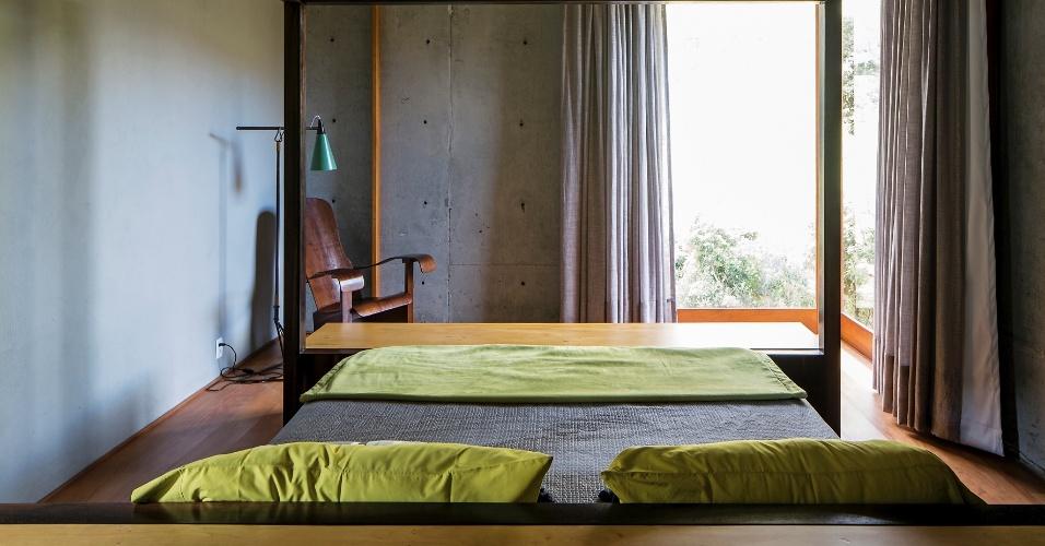 Despojado, o dormitório do casal conta com cama com dossel e uma nostálgica cadeira de família, no canto, à esquerda. Destaque para a janela de esquina que permite a entrada de luz natural neste ambiente da Casa do Bomba, assinada pelo escritório Sotero Arquitetos