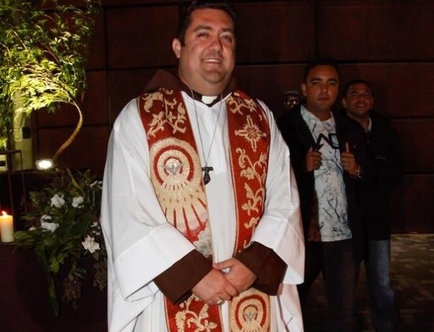 """9.jul.2016 - Padre Leandro, que celebrou casamento do """"rei do futebol"""""""