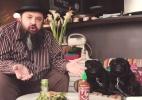 Crítico gastronômico e seus pugs testam restaurantes pet friendly de SP (Foto: Reprodução / TV UOL)