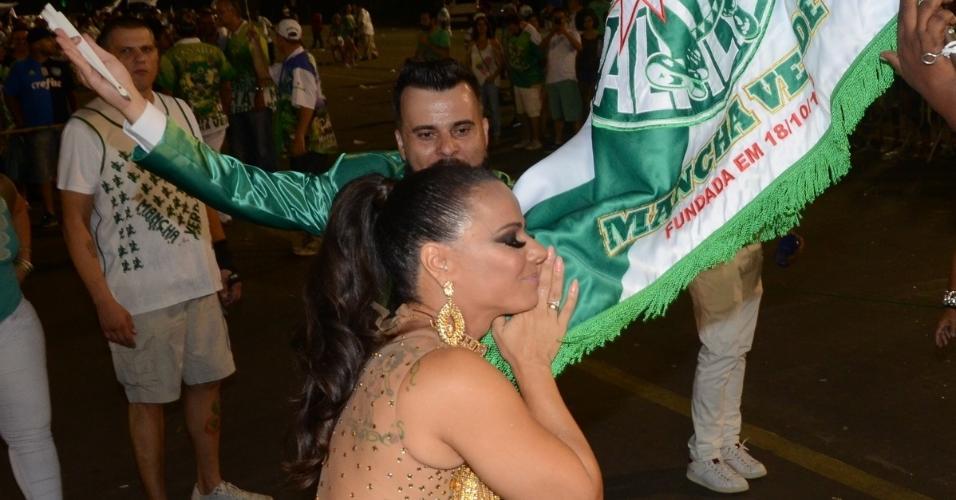Vivi Araújo reverencia a bandeira da Mancha Verde em ensaio técnico da escola no Anhembi