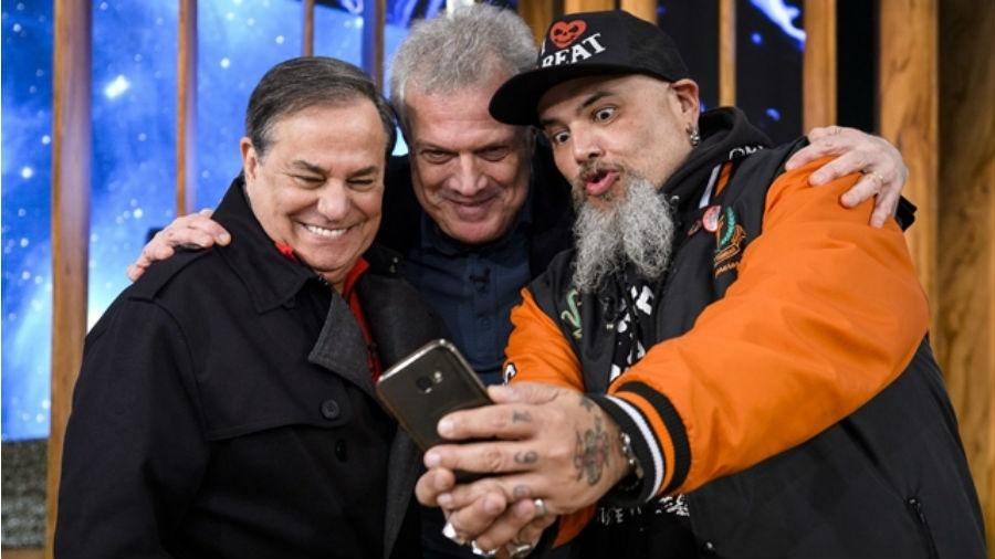 Ronnie Von e João Gordo se divertem em selfie com Pedro Bial - Reprodução/Globo