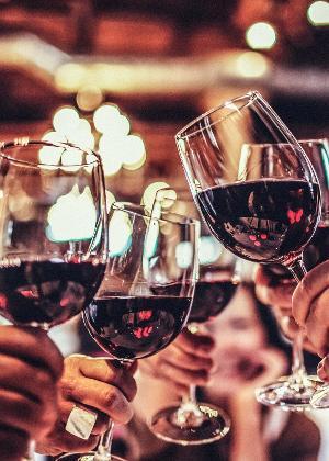 Homens que tomar mais de cinco doses de álcool em um dia têm pressão arterial maior do que quem não exagera na bebida