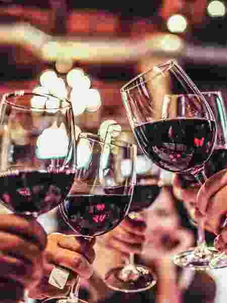 bebida alcoólica; brinde; taça de vinho - Getty Images - Getty Images